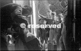 10mountain div liberato pietracolora usano cm area di sosta per truppe una rasatura come un altro soldato attesea 5 ragazzi italiani guardano